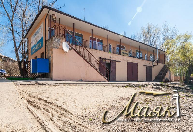 Двухэтажное здание в центре города на берегу р. Днепр