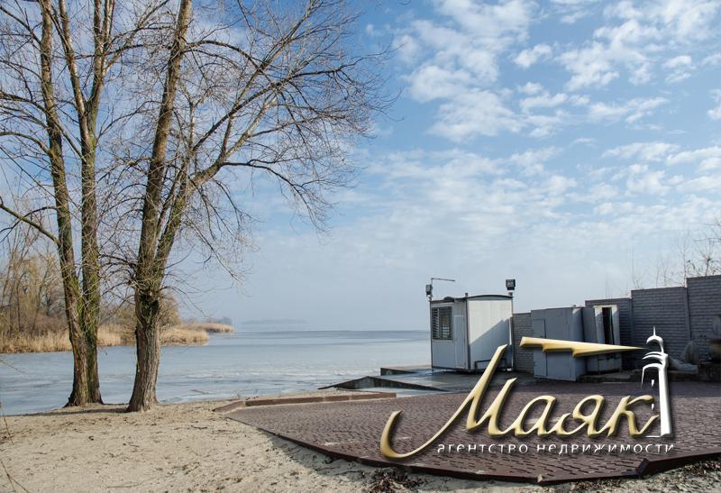 Великолепный дом на живописном берегу Днепра.
