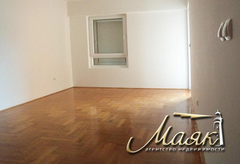 Предлагается к продаже трехкомнатная квартира на четвертом этаже в здании BSP