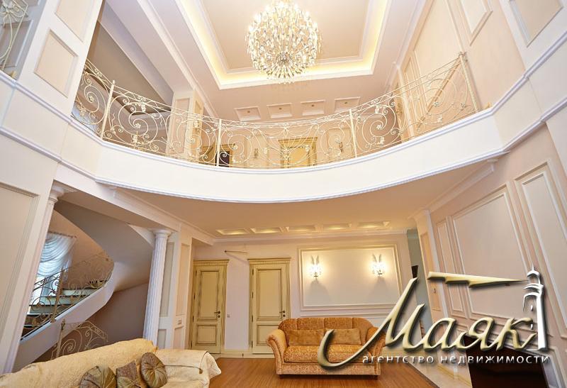 Предлагается к продаже шикарный дом с видом на Днепр.