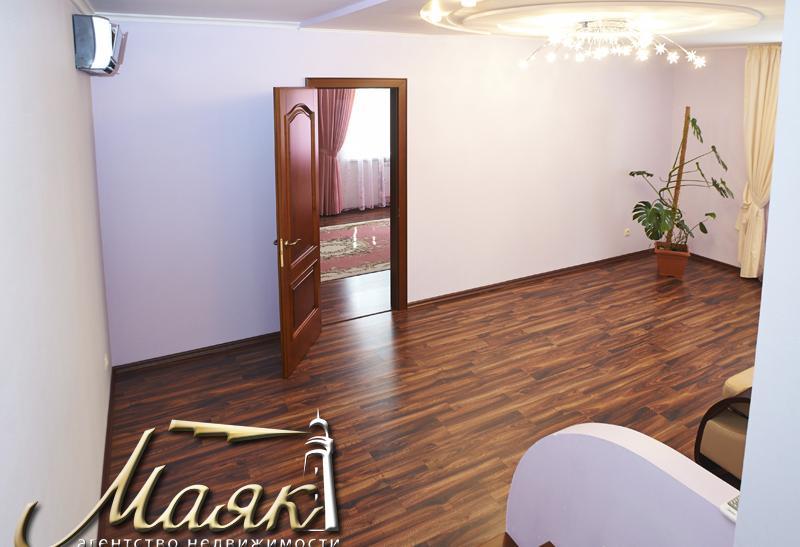 Предлагается к продаже двухэтажный дом в поселке Солнечный.