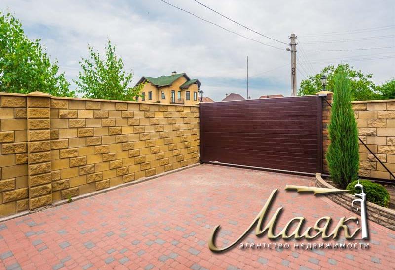 Срочно! Цена снижена! Дом на закрытой охраняемой территории в центре Бородинского.