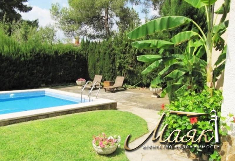 Продается к продаже дом с бассейном  в Накере, в 15 минутах от Валенсии и в 10 от моря