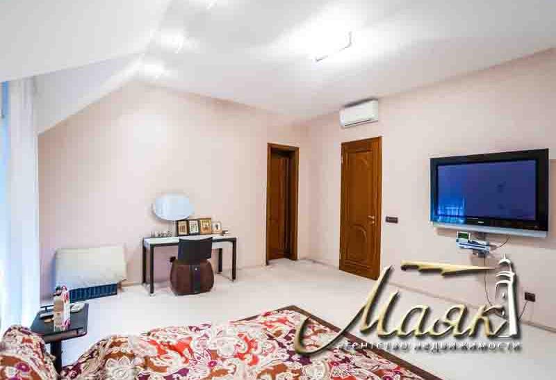 Предлагается к продаже дом на берегу Днепра.