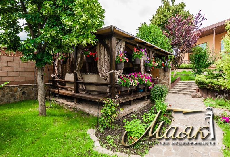 Дом, построенный по уникальному проекту в живописном уголке на берегу Днепра.