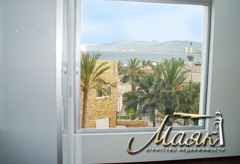 Продается и сдается в аренду двухэтажная вилла на берегу Средиземного моря, в шаговой доступности Лазурный берег