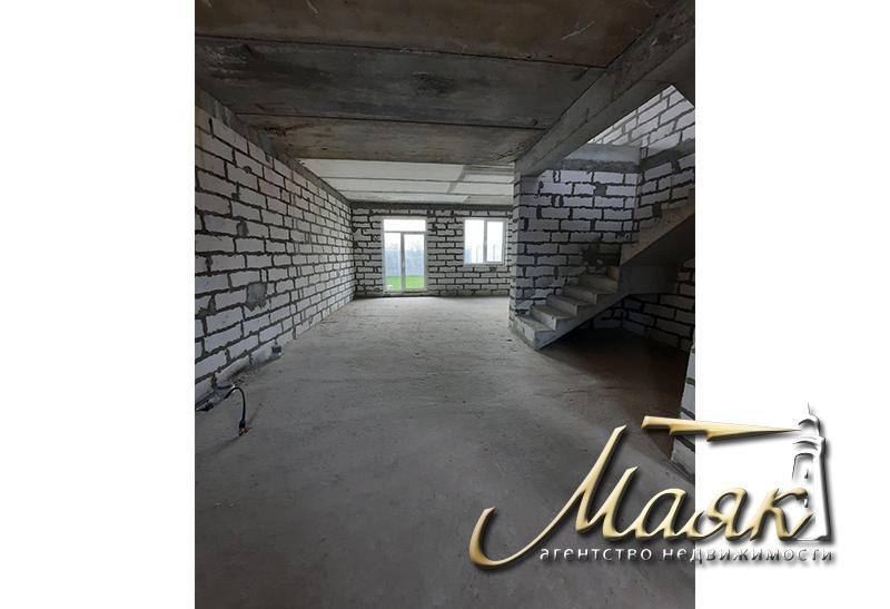 Предлагается к продаже новый двухэтажный дом на закрытой территории.