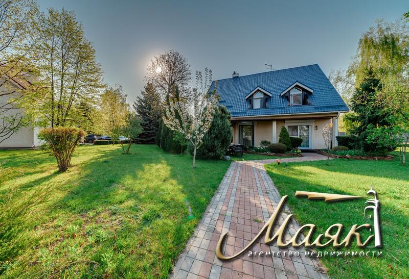 Великолепный дом на берегу Днепра.