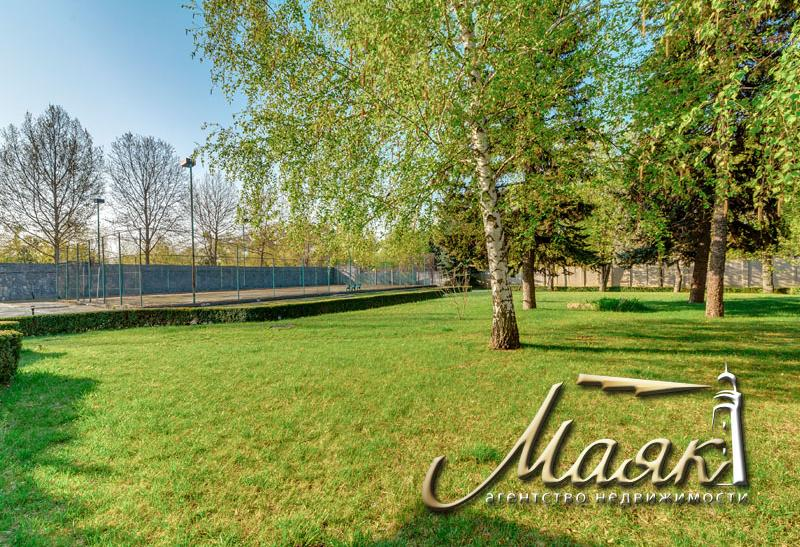 Предлагается к продаже дом на берегу Днепра с участком 60 соток.