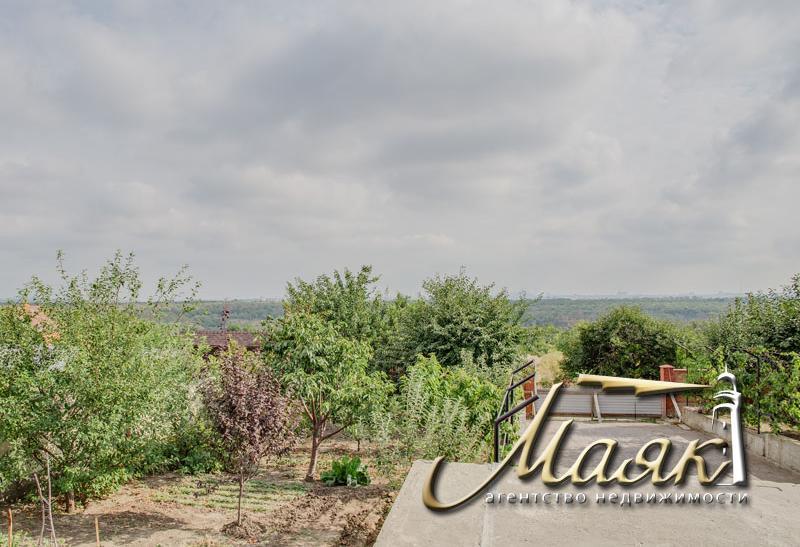 Дом на закрытой охраняемой территории с видом на Днепр.