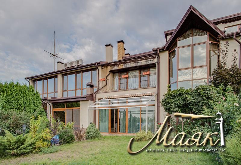 Предлагается к продаже дом с выходом к Днепру на закрытой охраняемой территории.